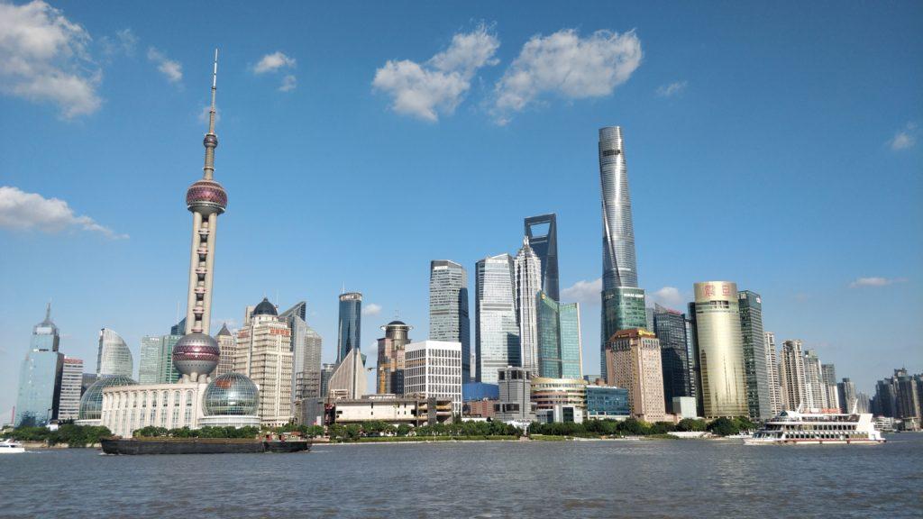 Bund Shanghai avec ciel bleu